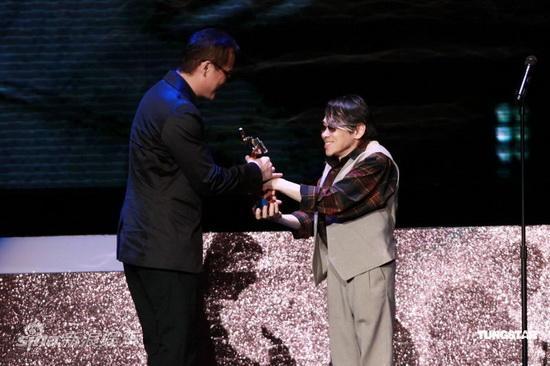 图文:亚洲电影大奖-泰迪罗宾为罗大佑颁奖