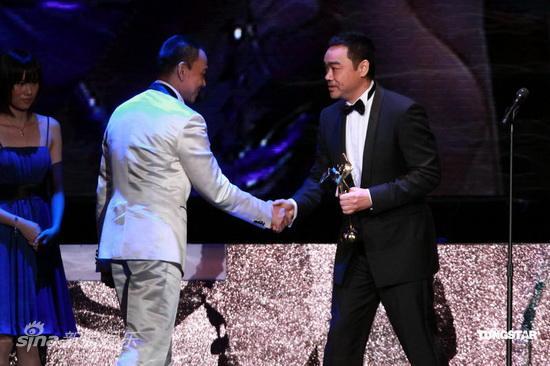 图文:亚洲电影大奖-王学圻和刘青云握手