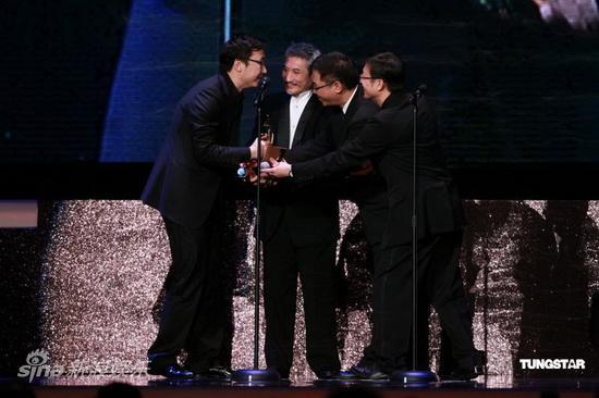 图文:亚洲电影大奖-三名导为陆川颁奖