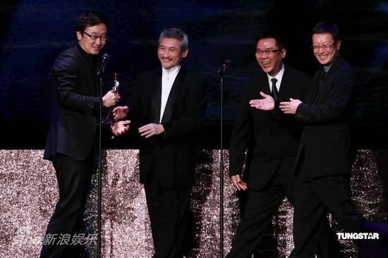 图文:亚洲电影大奖-陆川接过奖杯