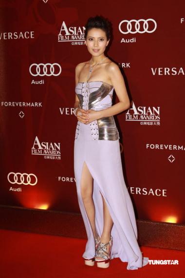 图文:亚洲电影大奖--高圆圆美腿隐现