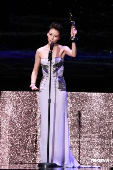 图文:亚洲电影大奖-高圆圆领奖高举奖杯