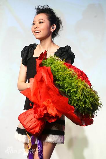 图文:《嘻游记》主题曲发布-张靓颖收获鲜花