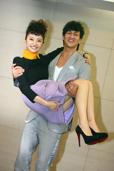 图文:《我的美女老板》发布会-何润东抱景甜离地