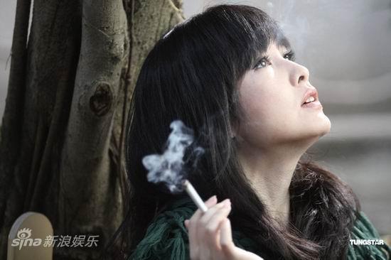 """图文:周慧敏新片曝光-周慧敏抽""""事后烟"""""""