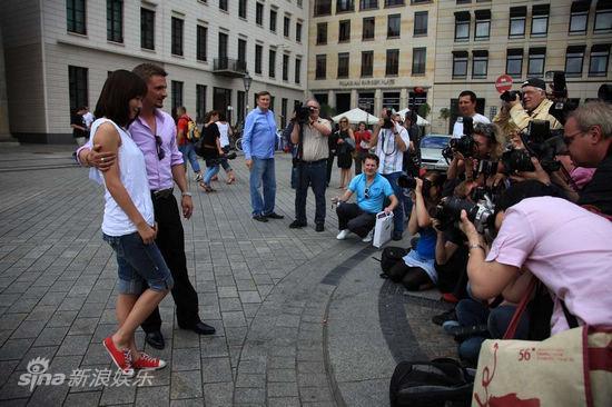 图文:《IPhoneYou》-德国媒体给主角拍照