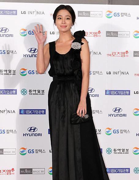 图文:大钟奖闭幕红毯-李敏贞与媒体致意