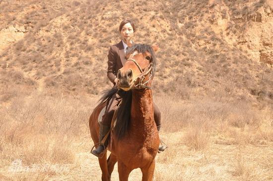 韩雪一身骑马装帅气 曾出演过多部电视连续剧的青年演员韩雪,无论是 《错爱一生》的陈向南,《天外飞仙》的香雪海,还是《画之缘》里的顾小雪,一贯都是以玉女派掌门人的形象出现在人们的视线中。但据韩雪本人讲,自己并不喜欢这个玉女头衔。从投身电影开始, 她就刻意甩掉玉女,在《娱乐没有圈》中演了一次才女,这次在即将上映的《囧探佳人》中,更是将玉女一甩到底,竟然在自己成名后的第一部影片中当起了打女。我正在玩新浪微博,快来关注我,了解我的最新动态吧。