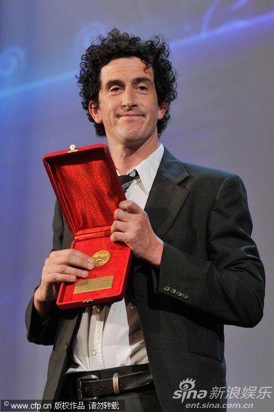 电影《呼啸山庄》获技术贡献奖,Robbie Ryan登台领奖