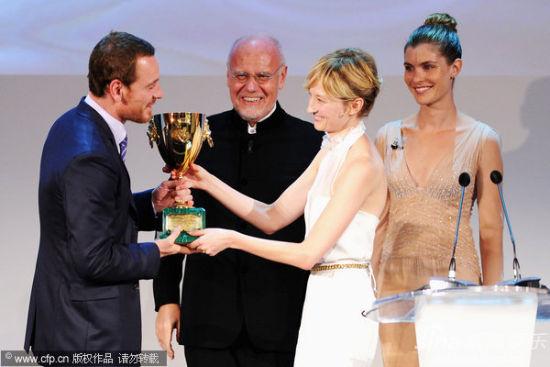 评审团成员阿尔芭-洛尔瓦彻为迈克尔・法斯宾德颁发最佳男演员奖