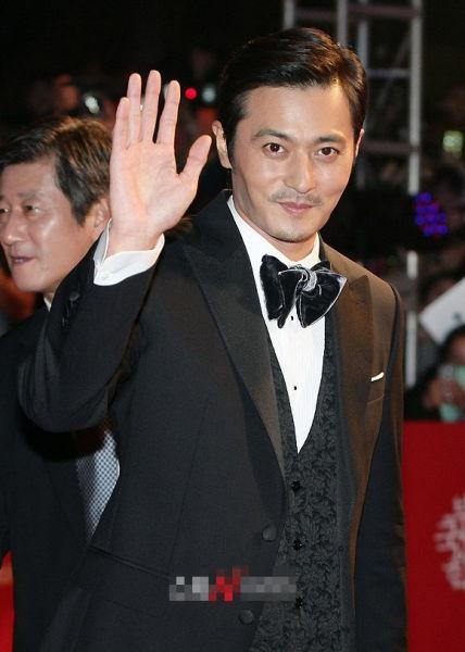 图文:釜山影展开幕红毯--张东健v图文打招呼精灵黄子韬可爱表情包图片