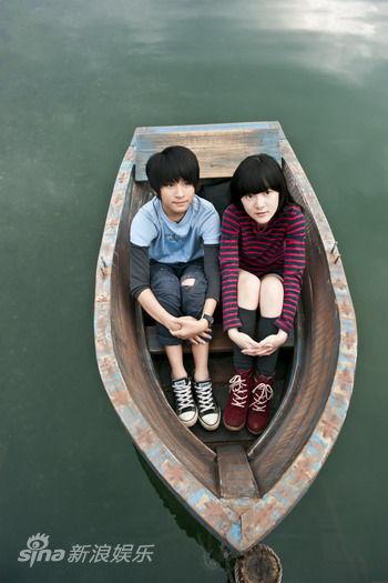 两人坐在船里