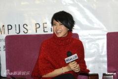 组图:《倾城之泪》首映新婚梁咏琪满脸笑容