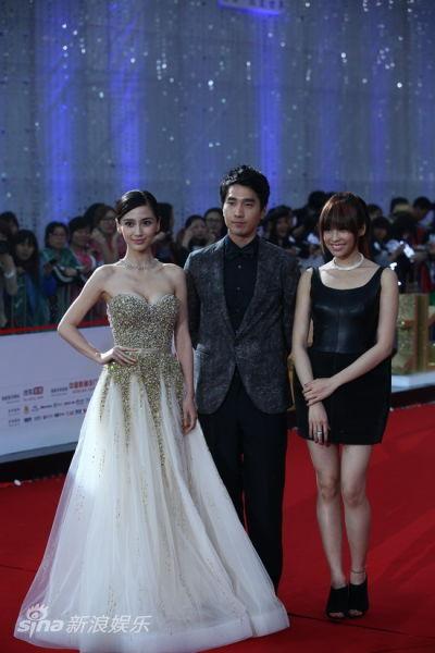 杨颖(左)裙装华贵