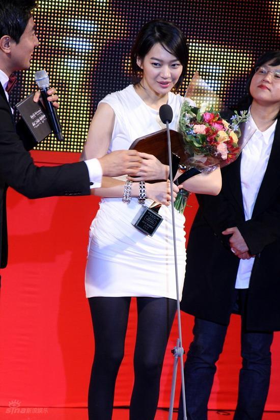 图文:韩国MAX电影颁奖礼--申敏儿获最佳女演员