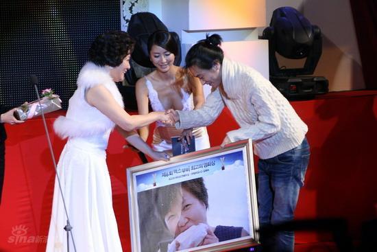 图文:韩国MAX电影颁奖礼--金海淑赠送拼图海报