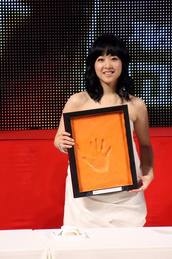 图文:韩国MAX电影颁奖礼--朴宝英展示手印