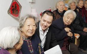 冯绍峰生日不忘做公益 带领粉丝敬老院慰问