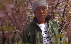 """张卫健新歌MV瑞士取景 樱花树下""""拈花惹草"""""""