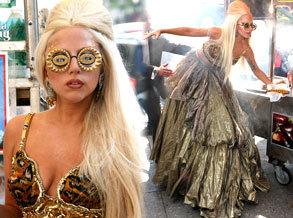 "Gaga《名利场》大片再蹬""恨天高""尴尬摔倒"
