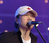 崔健头戴白色帽子