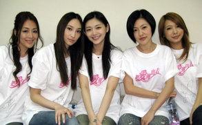 吴佩慈与好姐妹传递爱