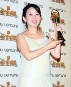 陈志远妻子代领高举奖杯