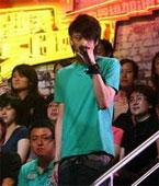俞思远在媒体观察团中演唱