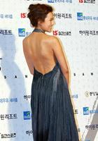 女歌手金贤正走红毯