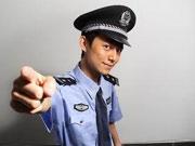 何炅饰演警察