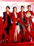 四女星围红围脖