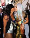 Gaga与女星热吻