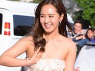 少时Yuri白色抹胸裙惊艳