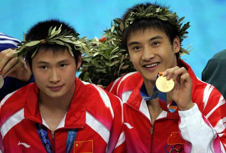 资料图片:田亮获奖瞬间-2004年雅典奥运会冠军