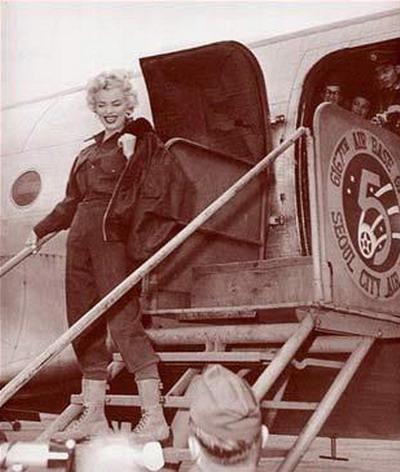 资料图片:玛丽莲-梦露韩国劳军--飞机留影