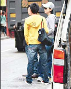 刘嘉玲铜锣湾挑护肤品心情佳与朋友有说有笑