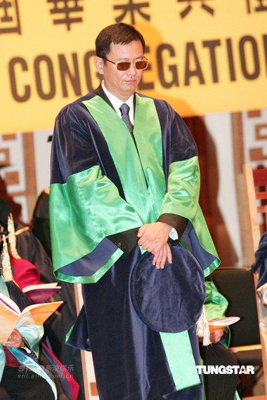 王家卫获颁香港公开大学社会科学博士学位(图)