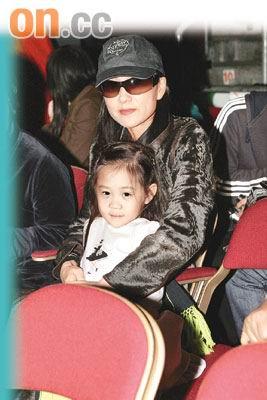 李连杰香港度圣诞利智抱7岁女儿享天伦(图)