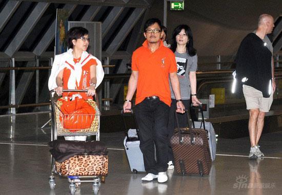狄波拉胡须孔情侣装现身曼谷机场(图)