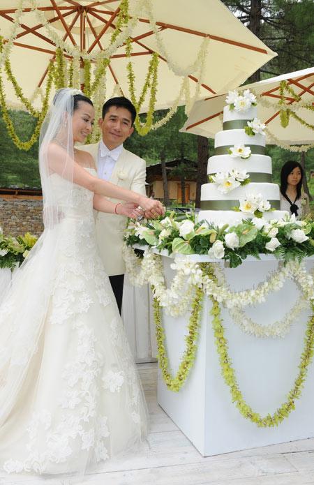 组图:刘嘉玲三套婚服迥异风格展高贵典雅