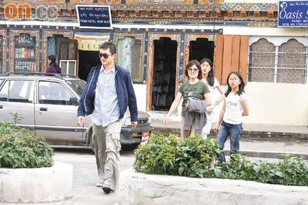 梁朝伟刘嘉玲与喇嘛合影创意来源于王家卫(图)