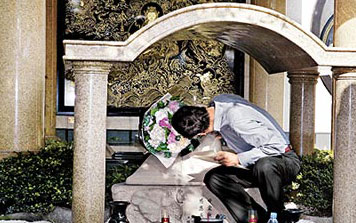 郭台铭今再婚3吻亡妻雕像:希望你接受她(图)