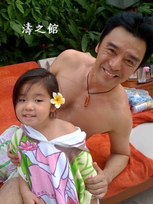 钟镇涛小女儿生日很特别做伟玲婚礼花童(图)