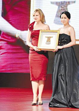 刘嘉玲中秋赴上海遇布兰切特互送厚礼(图)