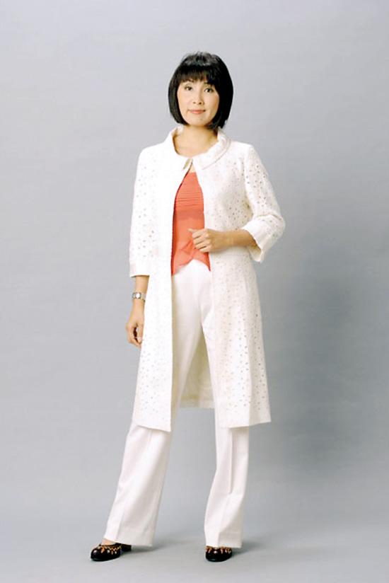 本报记者 易芝娜   香港女艺员陈秀珠自1979年参选香港小姐后,一直效力于TVB,拍过无数电视剧集,从周润发( 听歌)版《笑傲江湖》中的青春少艾做起,到如今已是TVB的金牌妈咪,演过《金枝欲孽》中的皇后、《冲上云霄》里的空姐妈妈,最近还在《珠光宝气》中饰演香港女首富虞苇庭。19日晚,保养有道的她现身广州某美容中心嘉年华活动,并接受了《羊城晚报》记者的采访。   陈秀珠在《珠光宝气》里的戏份刚刚播完,她最近还完成了新剧《盛世人杰》的拍摄,终于可以给自己放个假。我很少来广州,因为不爱应酬,平时除了拍