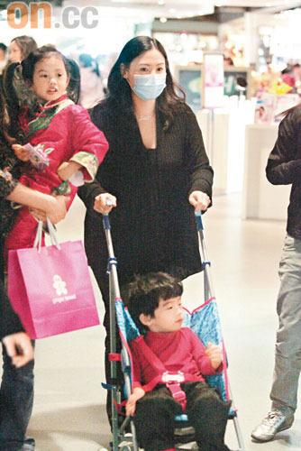 张柏芝怀孕6个月步履轻盈商场扫童装迎新春