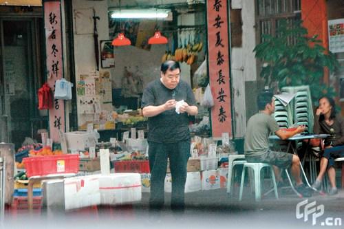 郑则士和太太好友喝茶三人行 当街抽烟挖耳(图