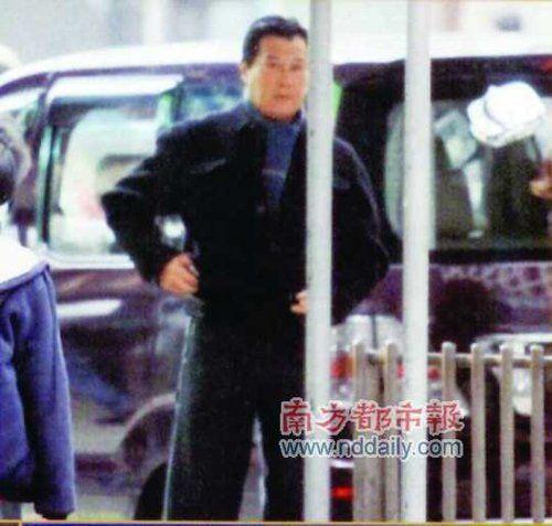 邓光荣路边等车