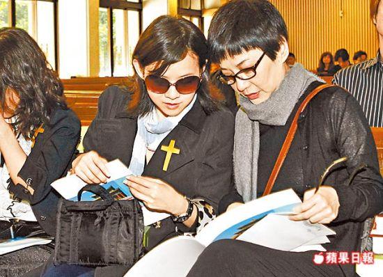 张小燕(右)、曾宝仪看陈志远纪念册