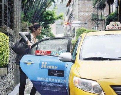 金城武住进豪宅隔天,记者就拍到该女子登门造访,手上还拿着一袋疑似装着便当的纸盒